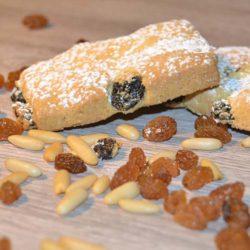 Biscotti di pasta frolla senza lattosio con uvetta e pinoli