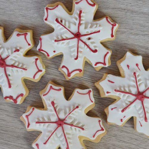 Fiocco di neve decorato con pasta di zucchero bianca e rossa - senza lattosio