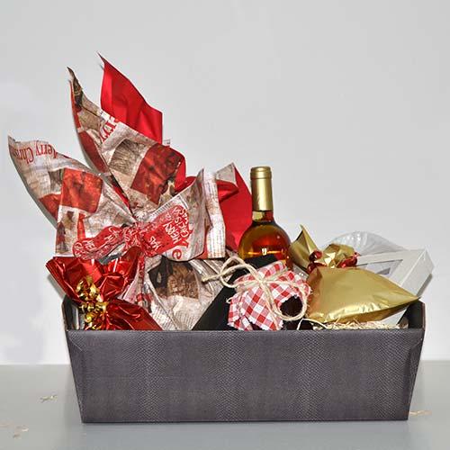 Cescto natalizio con dolci tipici e moscato di trani