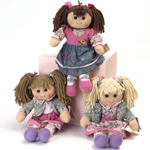 Tante bamboline diverse disponibili per l'uovo di Pasqua